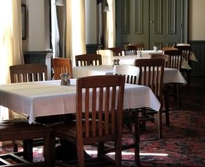 restaurant-tables-1434339-m